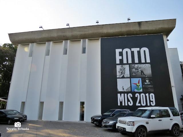 Vista ampla da fachada do Museu da Imagem e do Som (MIS-SP) - Jardim Europa - São Paulo