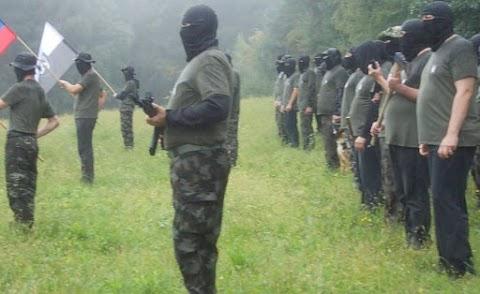 Álarcban gyakorlatozik egy szlovéniai félkatonai szervezet a horvát határtól nem messze