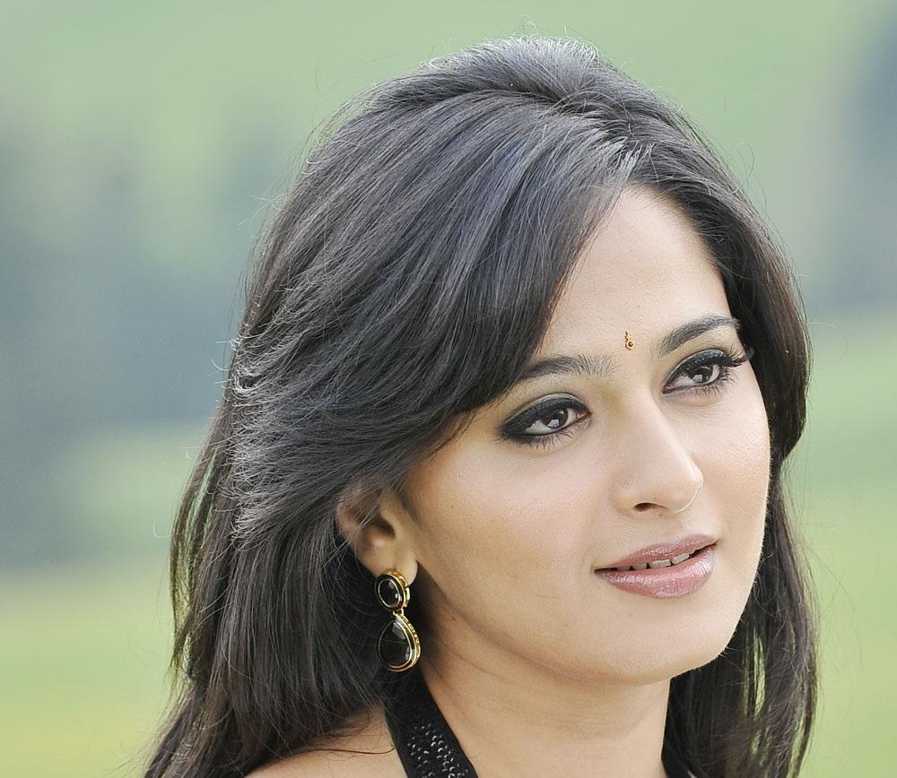 Anushka Face Close Up Photos In Black Saree