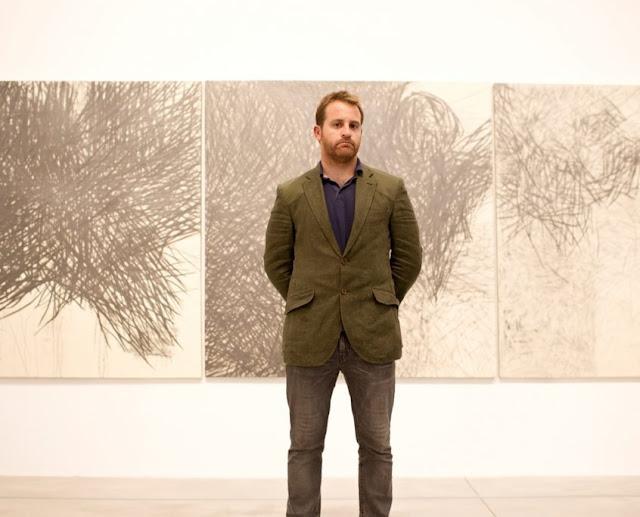 El artista Nicolás Ortigosa posa delante de una de sus pinturas en Bombas Gens Centre d'Art