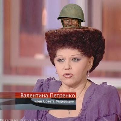 Lustige Frisur alte Frau mit Soldaten der sich in den Haaren versteckt