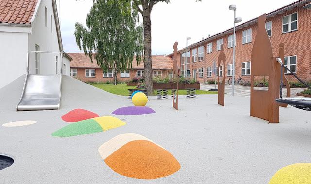 Unsere 11 besten Ausflugstipps für die Ostseeküste Nordjütlands. Ein Tipp für Familien mit Kindern: Der Spielplatz im Ort Dronninglund im Norden Jütlands.