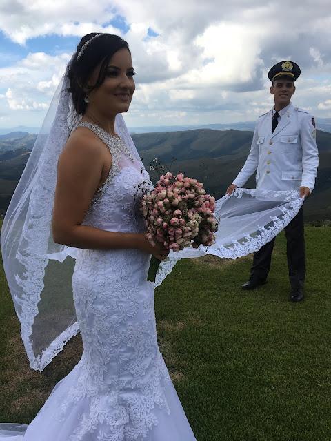noivo militar segurando o veu da noiva