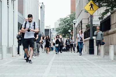 Cara Mengungkap Sifat Seseorang dari 8 Cara Berjalan Manusia