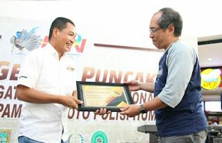 Kapolres Mojokerto AKBP Leonardus Simartama Raih Penghargaan News Maker - PWI Mojokerto