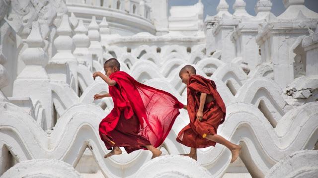 Du lịch Myanmar-đất nước này mới chỉ mở cửa du lịch vài năm trở lại đây. Cảnh vật còn hoang sơ và lượng khách chưa thực sự đông. Du lịch Myanmar cũng không phải xin visa. Thông tin trên mạng không phong phú bằng một vài điểm đến khác nhưng đủ dùng. Đặc biệt là chúng tôi đã bị thu hút và đi đến quyết định cuối cùng khi nhìn thấy những bức ảnh chụp thành phố Mandalay với những ngôi đền phải gọi đúng nghĩa là kỳ quan.