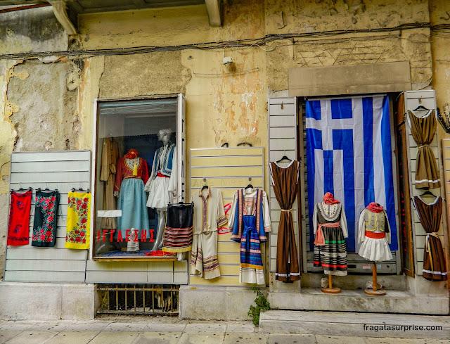Trajes gregos em uma loja de souvenir em Monastiráki, Atenas, Grécia