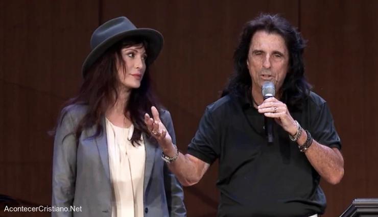 Alice Cooper y su esposa Sheryl en iglesia