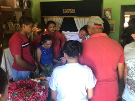Mãe de garçom morto no RJ diz durante velório que sonho do filho era voltar a morar em Ipaporanga