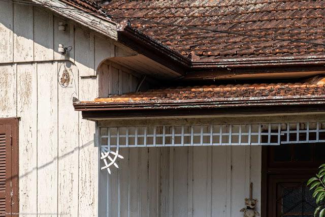 Alguns detalhes em uma casa de madeira - detalhe em uma grade decorativa de madeira