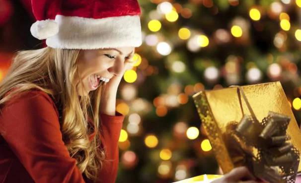 Una donna riceve un regalo