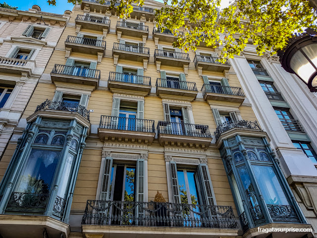 Fachada de um edifício modernista no Passeig de Gràcia, em Barcelona