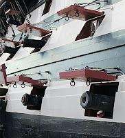 Eski bir savaş gemisinin top lombar kapakları ve pencereleri