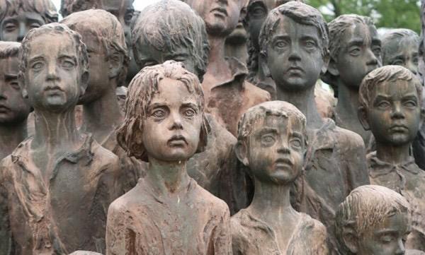 Жуткий мемориал в Лидице, изображающий 82 ребёнка, убитых нацистами в Чехии