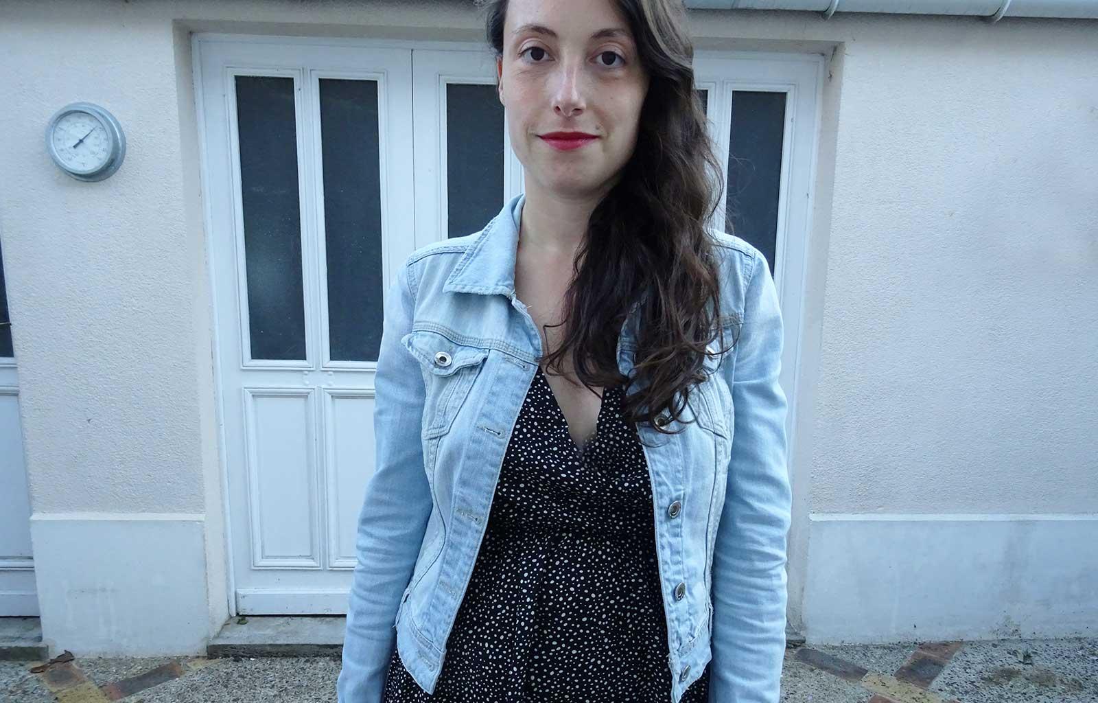 Look robe noire pois veste jeans