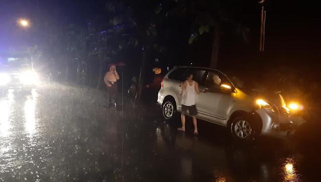 Warga Purwokerto Bawa Avanza Tabrak Pohon di Kemangkon