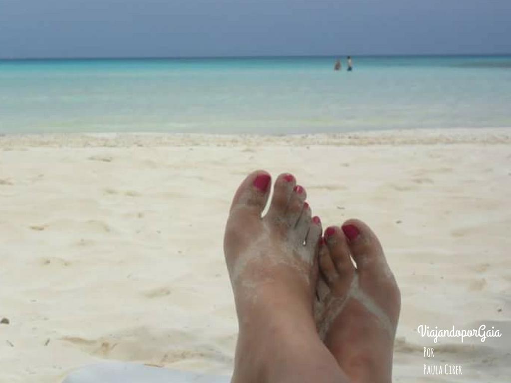 """El relajo en Playa Pilar, uno de los islotes de Cayo Guillermo, localizada al oeste de Cayo Coco. Se dice que esta playa virgen fue el lugar de inspiración de Hemingway, incluso llegando a nombrarla en su novela """"Islas en el Golfo"""" (1972)."""