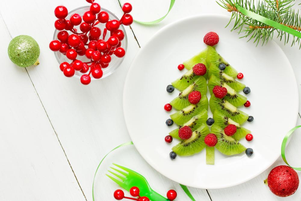 postre árbol de navidad con frutas: kiwi, arándanos, moras
