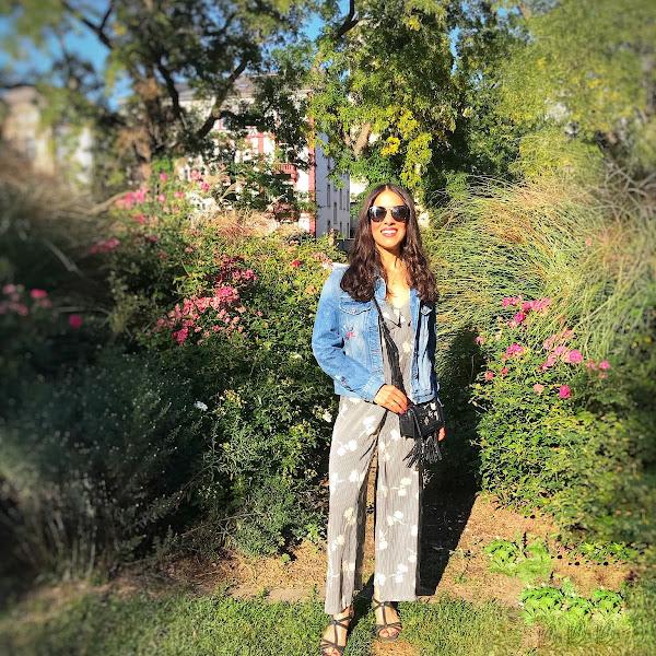 Style: Übergangslook mit langem Overall und Jeansjacke