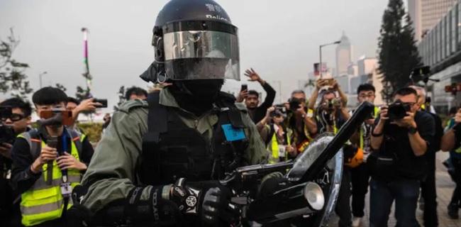 Bela Uighur, Ribuan Pengunjuk Rasa Hong Kong Bentrok Dengan Polisi