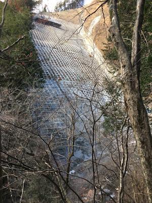 斜面保護工事の跡
