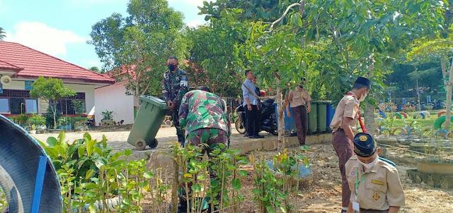 Peduli Mutu Pendidikan, Subdenpom XII/2-3 Muara Teweh bersihkan Lingkungan sekolah