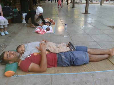 Κοιμάται γιατί μπορεί πια να ονειρευτεί. Είναι στεγνός, είναι σώος, είναι μακριά από την καταστροφή.