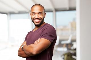homem negro sorrindo