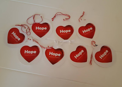 Hope-toivelappuja pöydällä kahdessa rivissä