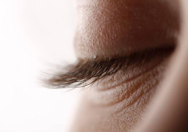 ما الذي يحدث عندما تطرف عيناك
