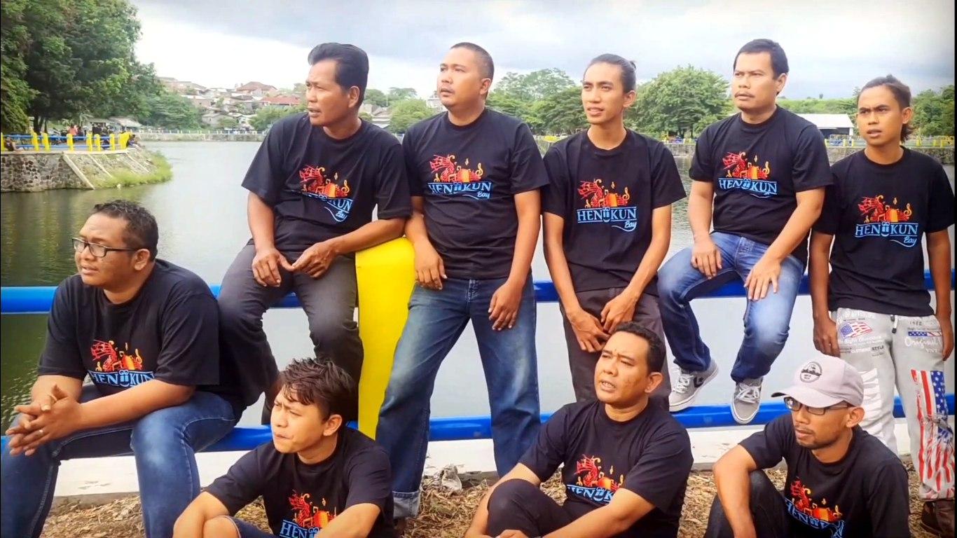 Grup band Heniikun Bay & Friends di videoklip lagu Pahlawan Wayang yang didedikasikan untuk dalang kondang almarhum Ki Seno Nugroho.