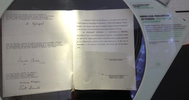 Fac-simile do Tratado da Antártida, firmado em 1959