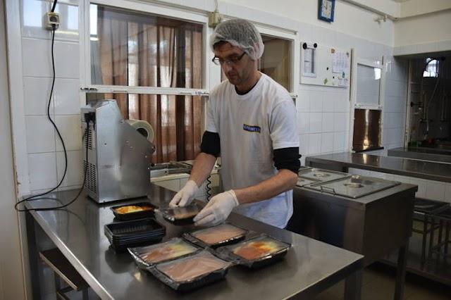 Csomagológéppel segít egy karcagi cég a szociális étkeztetésben