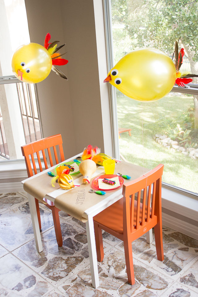 Turkey balloons - the perfect addition for a Thanksgiving kids table! || http://www.designimprovised.com