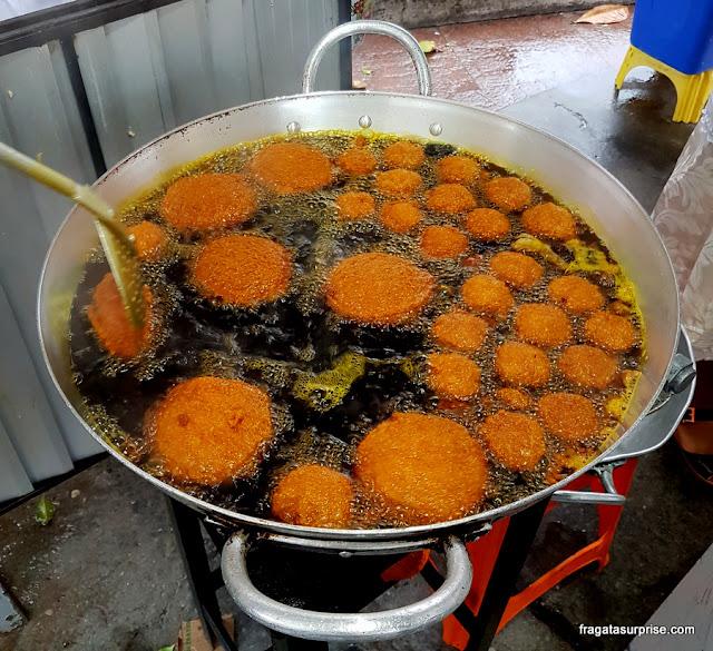 Acarajé fritando no tacho da baiana