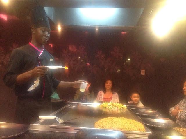 プンタカナの日本食レストランKyotoで火をつけるシェフ
