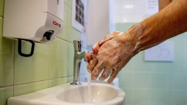 Agua y jabón vs gel desinfectante para lavarse las manos