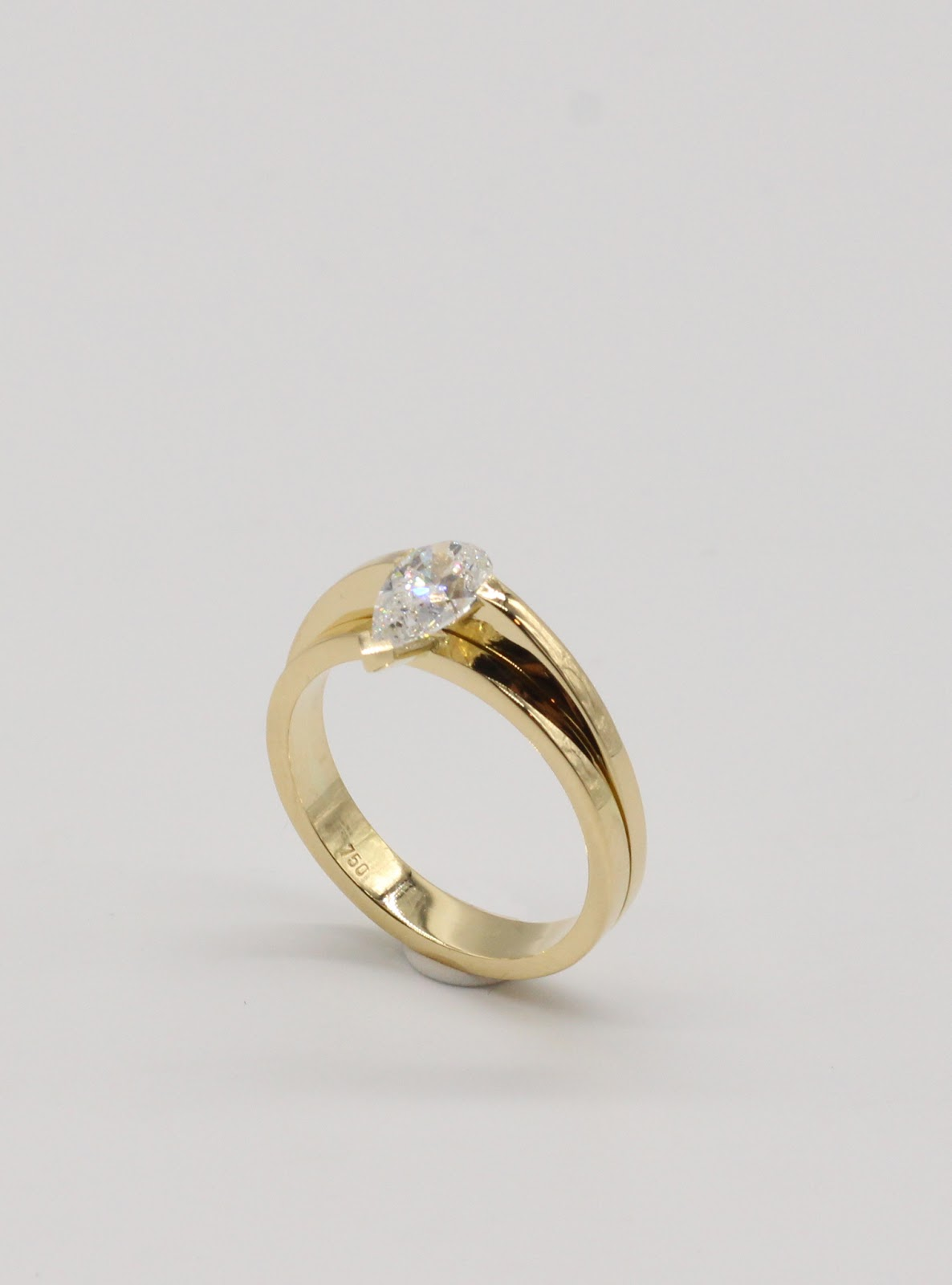 Engagement band in 18k Yellow Gold with White Pear Diamond.