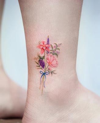 Tatuaje de Flores femenino pie
