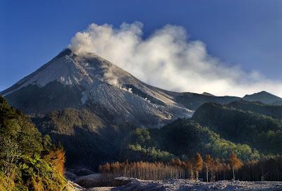 mengapa banyak dijumpai gunung berapi di indonesia