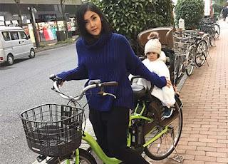 Eva Anindita Naik Sepeda