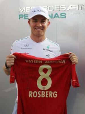 Fórmula 1 - Foto de Nico Rosberg segurando uma camisa do Bayern de Munique número 8, personalizada com o seu nome.