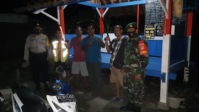 Menjaga Wilayah Tetap Kondusif  Babinsa Koramil Pedan Aktif Patroli Malam