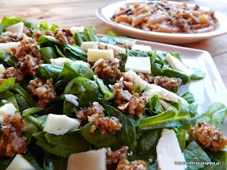 Σαλάτα με σπανάκι, γραβιέρα, αμύγδαλα και σάλτσα σύκου-