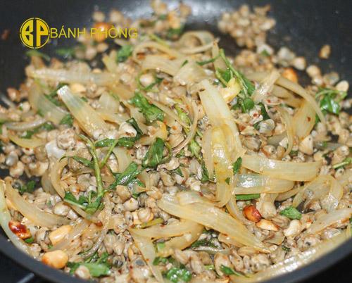 Hến xào xúc bánh phồng tôm món ăn vặt dễ làm