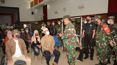 Pangdam III/Siliwangi Tinjau Pelaksanaan Vaksinasi  Purnawirawan dan Warkawuri di RS. Dustira