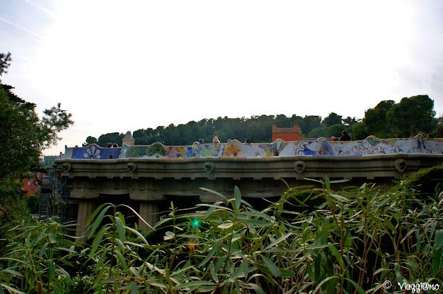 La terrazza panoramica con il mosaico in ceramica del Park Guell