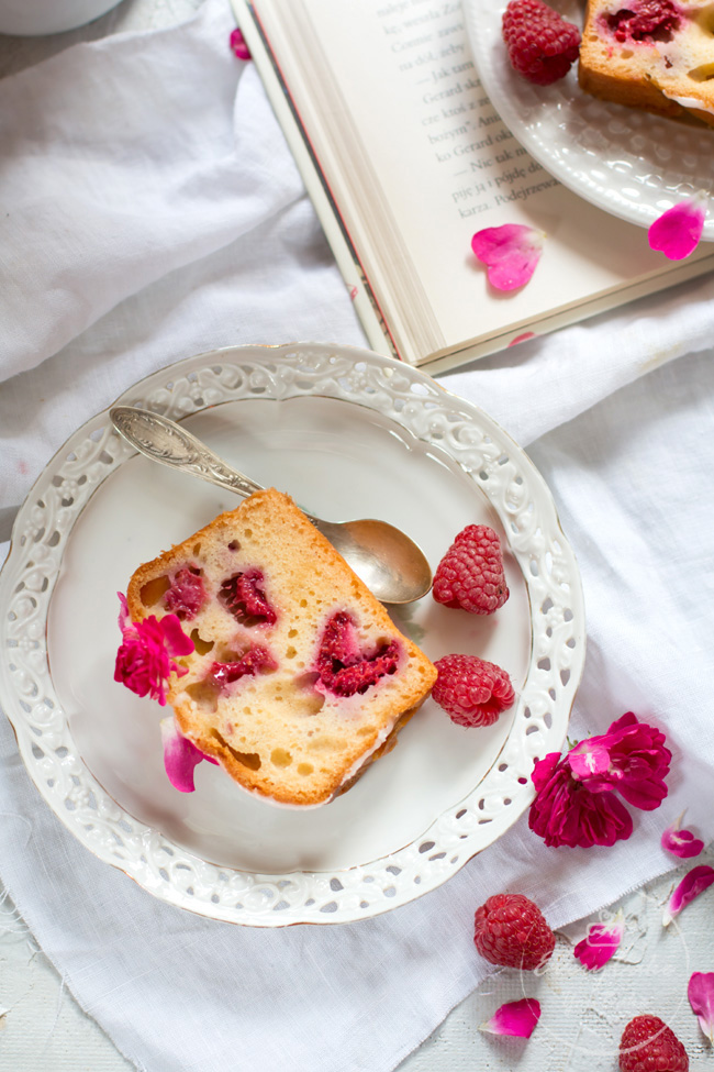 ciasto jogurtowo-różane z malinami