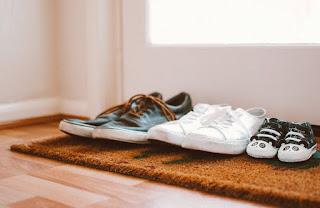 Covid-19: Τι ισχύει για την εξάπλωση με τα παπούτσια
