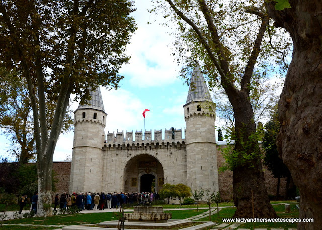 long queue at the entrance of Topkapi Palace
